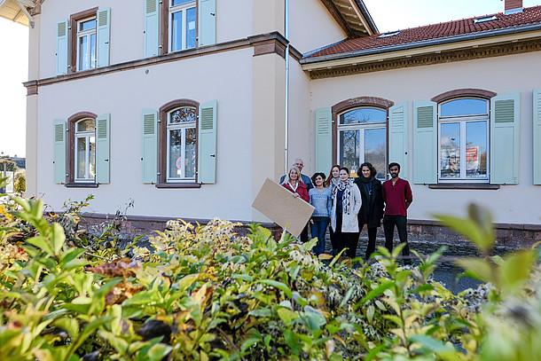 Praxistesterin Wiethaler mit ihrer Familie vor dem Haus mit Baumaterial