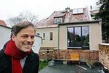 Praxistest-Teilnehmer Jochen Hein vor seinem Haus mit Solarthermieanlage