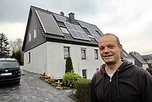 Praxistest-Teilnehmer Thomas Funcke vor seinem Haus mit Solarthermieanlage