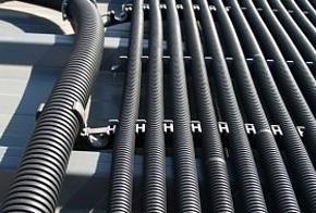 Unverglaster Kollektor: schwarze Kunststoffrohre mit Halterung