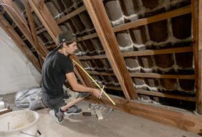 Handwerker dämmt Dach: Dämmpflicht erfüllt