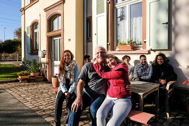 Praxistesterin Wiethaler mit Mann und Familie vor ihrem Haus