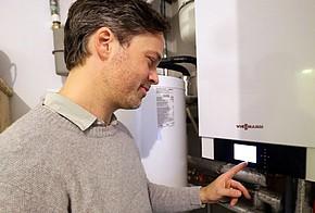 Jochen Hein prüft Erfolg der Solarthermieanlage