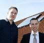 Manfred Kuhlemann (links) und Andreas Nadke vor dem Eigenheim im niedersächsischen Rhauderfehn.