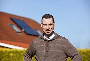 Andreas Nadke vor seinem Haus.