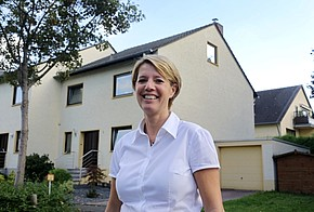 Birgit Lennarz vor ihrem Haus