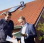 Manfred Kuhlemann erhält Unterlagen der neuen Anlage.