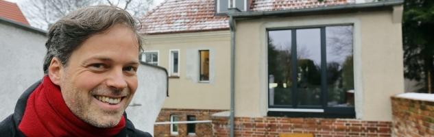 Praxistestteilnehmer Jochen Hein vor seinem Haus in Berlin.